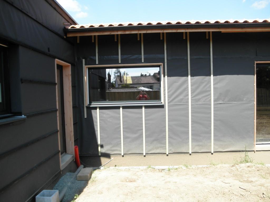 Bardage et brise soleil orientable lamaisoncimmier for Encadrement de porte en bois